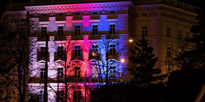 Budova rektorátu MU v barvách trikolóry.