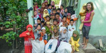 Děti ze školy na ostrově Lombok po pravidelném úklid kolem školy. Místní lidé si neví moc rady s plastovým odpadem.