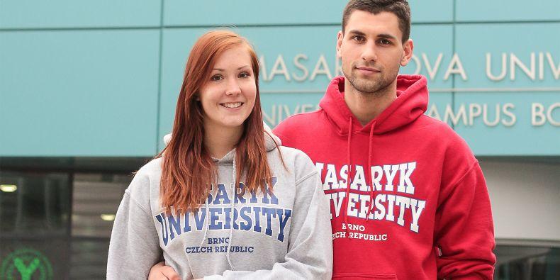 Když večer zrovna nepracuje na bakalářce, věnuje mladý sportovec čas své přítelkyni, která studuje regeneraci a výživu ve sportu na stejné fakultě.