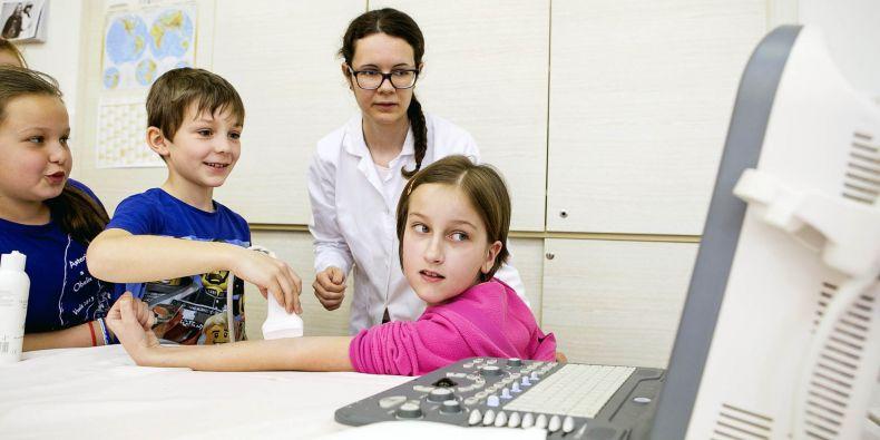 Jak fungují svaly na rukou? I to si mohly děti ze 4. B prohlédnout díky ultrazvuku.