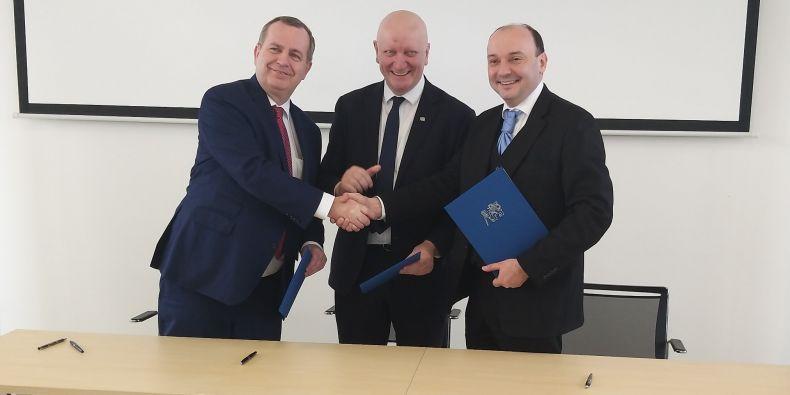 (zleva) Rektor Univerzity Karlovy Tomáš ZIma, rektor ČVUT Vojtěch Petráček a prorektor MUNI Radim Polčák.