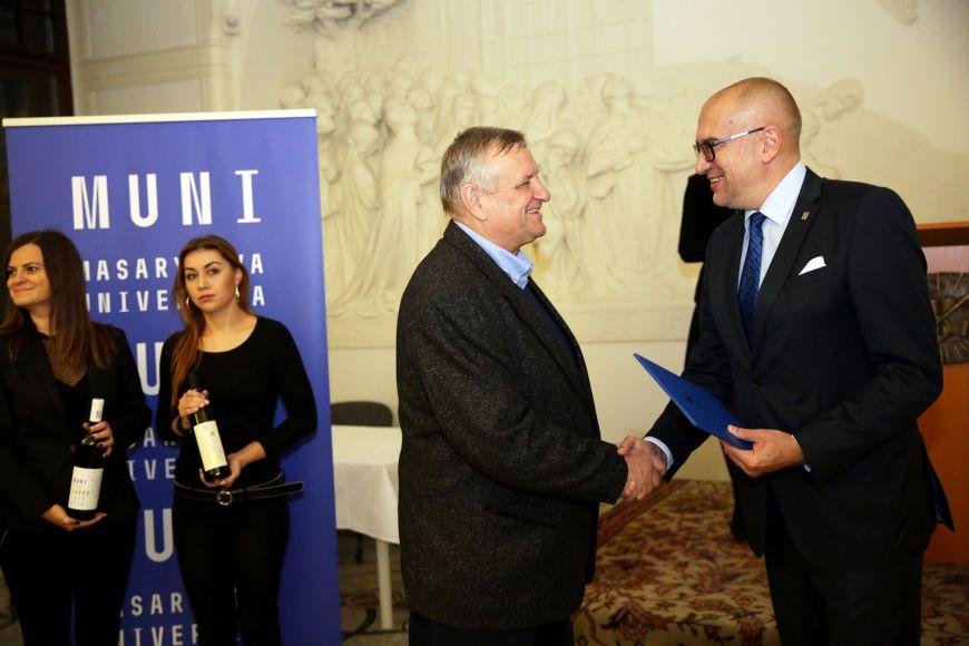 Miloš Michlovský přebírá diplom pro Univerzitní víno 2018/19 od rektora Mikuláše Beka.