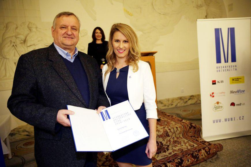 Miloš Michlovský sMichaelou Tvrdoňovou, předsedkyní Studentské komory AS MU, při vyhlášení Studentského univerzitního vína.