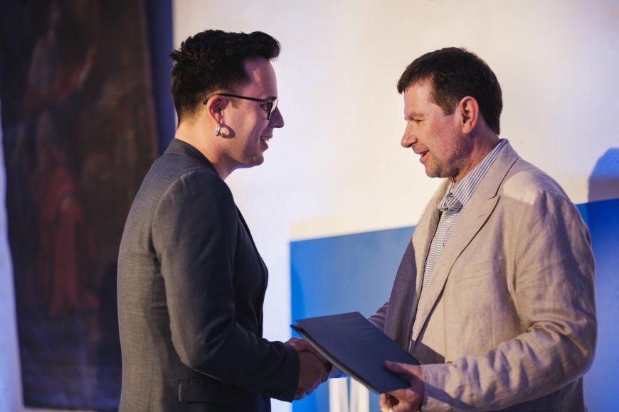 Marketingový ředitel firmy Beznoska Pavel Milata přibírá cenu od děkana Lékařské fakulty MU Martina Bareše.