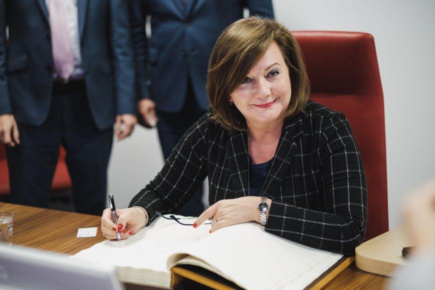 Alena Schillerová se zapisuje do pamětní knihy Masarykovy univerzity.