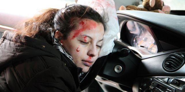 Na jednom ze cvičných stanovišť museli studenti řešit, co s posádkou nabouraného auta. Správný závěr byl, že nemá cenu věnovat se prokazatelně mrtvé řidičce, když bojuje o život její spolujezdec. Foto: Martin Hromádková.