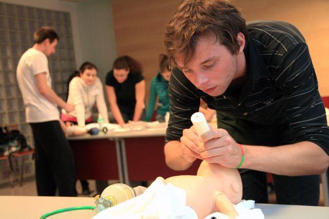 Kurzy urgentní medicíny nutí studenty prakticky avterénu řešit reálné situace. Foto: Martina Hromádková.