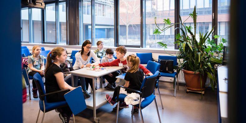 Studenti Pedagogické fakulty MU hlídají děti zaměstnanců Fakultní nemocnice Brno.