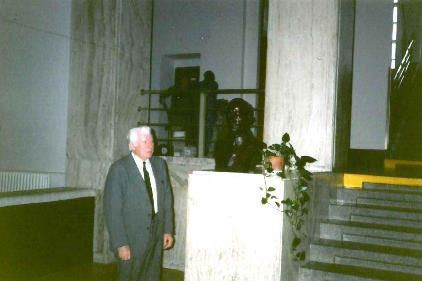 Miroslav Vávra vroce 1995 po umístění bust.