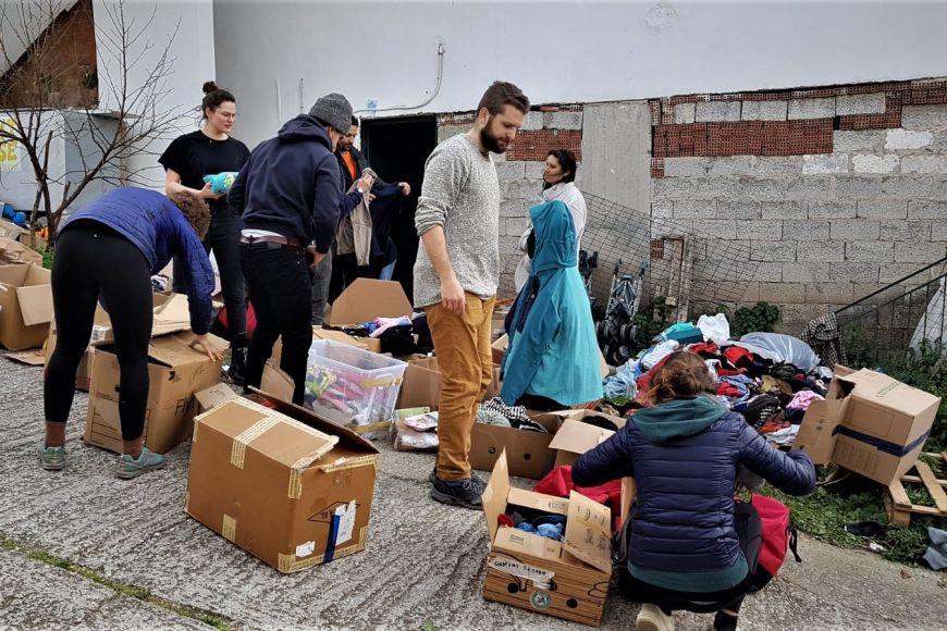 Příprava věcí, zejména oblečení, které se rozdávají potřebným.