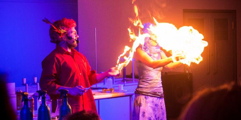 Show o přitažlivosti ohně a vody.