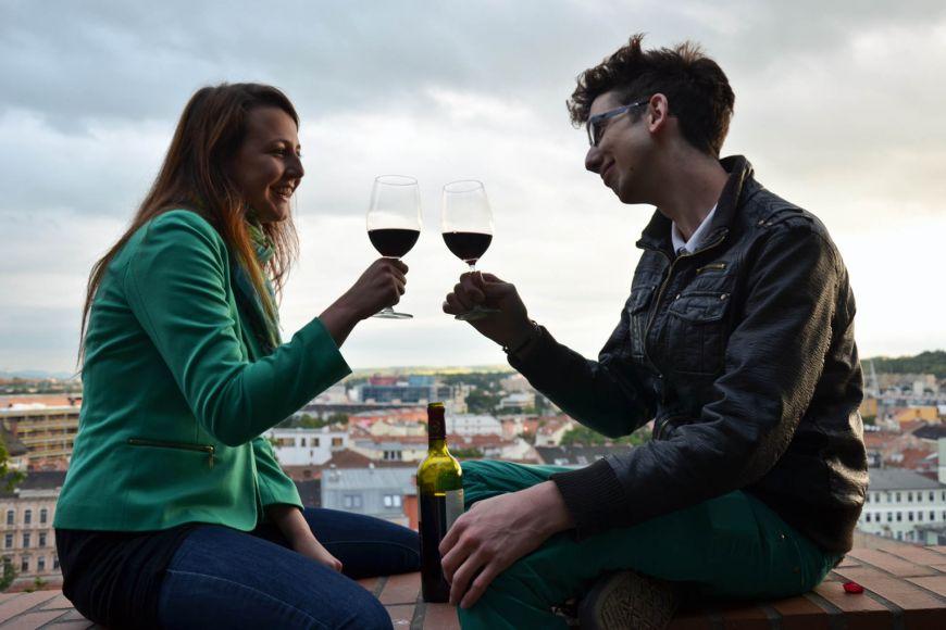 Výhled na město zhradeb pod Petrovem může zpestřit sklenka vína.