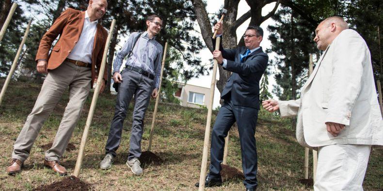 (zleva) Ředitel správy kolejí a menz Zdeněk Čížek, Martin Jakub Arbet ze Studentské komory AS MU, Petr Psotka z Vinařského institutu a prorektor Ivan Malý.