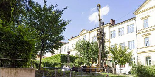 Výukový hydrogeologický vrt vzniká blízko auly v Kotlářské ulici.  Bude hluboký třicet metrů s průměrem 16 centimetrů.