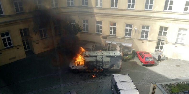 Hořící vozidlo těsně před výbuchem.
