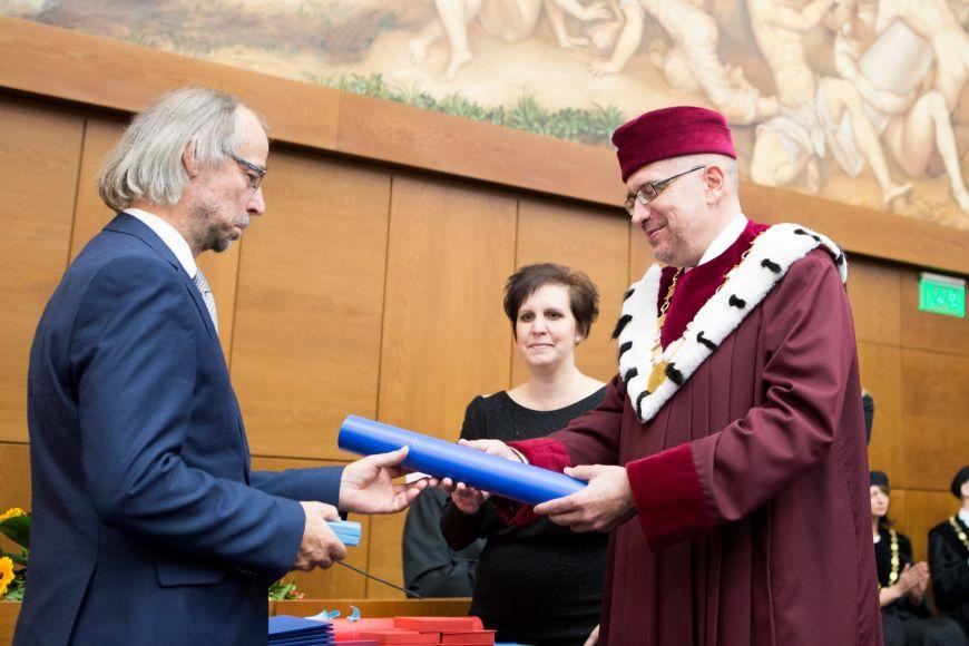 Jedno znejvyšších ocenění, stříbrnou medaili, dostal Radek Horáček zkatedry výtvarné výchovy.