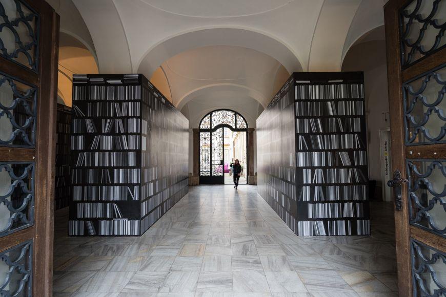 Hlavním motivem výstavy je rozlehlá instalace vpodobě knihovny.
