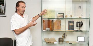 Přednosta neurologické kliniky Milan Brázdil otevírá výstavu.