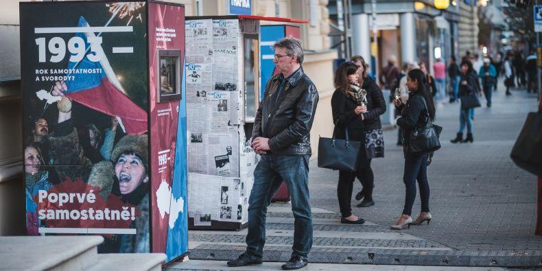 Kolemjdoucí na výstavě najdou trafiku s dobovým tiskovinami, uslyší abdikační projev Václava Havla nebo si přečtou vzpomínky tehdejšího i současného rektora Muni.