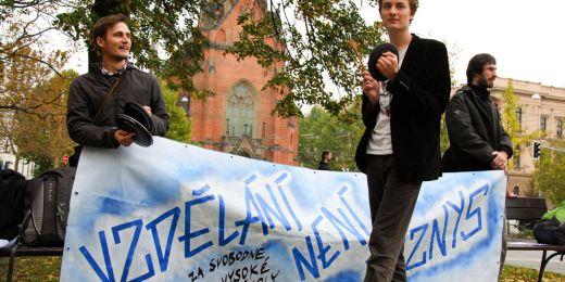 Desítky studentů se sešly na Komenského náměstí, aby protestovaly proti krokům ministra školství Petra Fialy, který plánuje zavést zápisné. Poté se v průvodu vydaly na Malinovského náměstí. Foto: Katarína Jablonská.