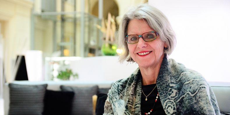 Nizozemská odbornice Kieke Okma se věnuje studiu různých zdravotních systémů ajejich reforem.