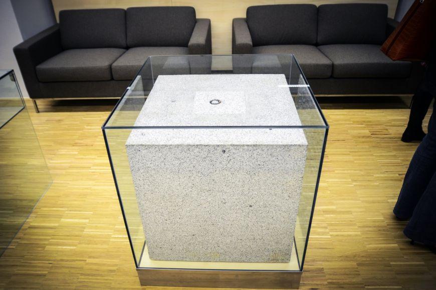 Akademici do kamene vložili pamětní listiny spečetí, dobové výtisky novin nebo vzorky tehdejších mincí.