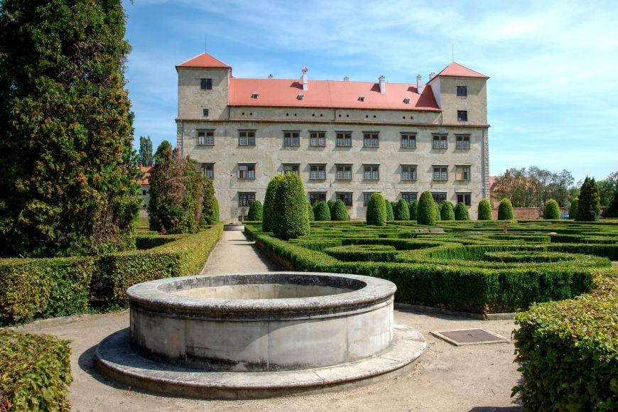 Budova zámku Bučovice typu pallazo in fortezza láká návštěvníky pozoruhodným arkádovým nádvořím s90 sloupy zdobenými 540 reliéfy.