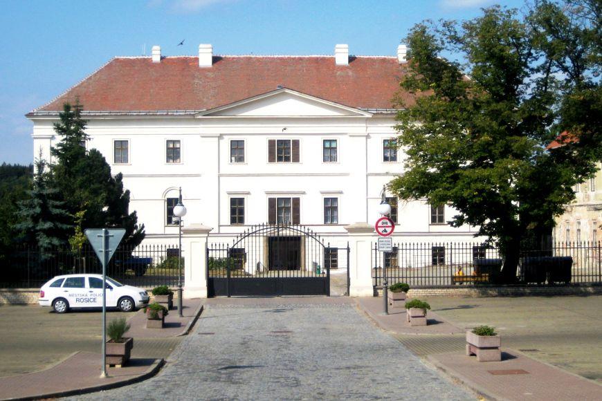 Původně gotický hrad pocházející zroku 1259 přestavěli v17. století Žerotínové na renesanční sídlo.