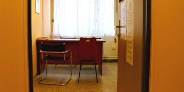 V malé místnůstce, která je vyhrazena pro právní poradenství, se při konzultacích z Masarykovy univerzity zpravidla sejdou čtyři osoby – klient, dva studenti práv a supervizor.