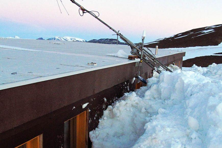 Výzkumnou stanici našli vědci ze tří stran až po střechu zasypanou sněhem ak jejímu plnému zprovoznění potřebovali tři dny. Foto: Archiv expedice.
