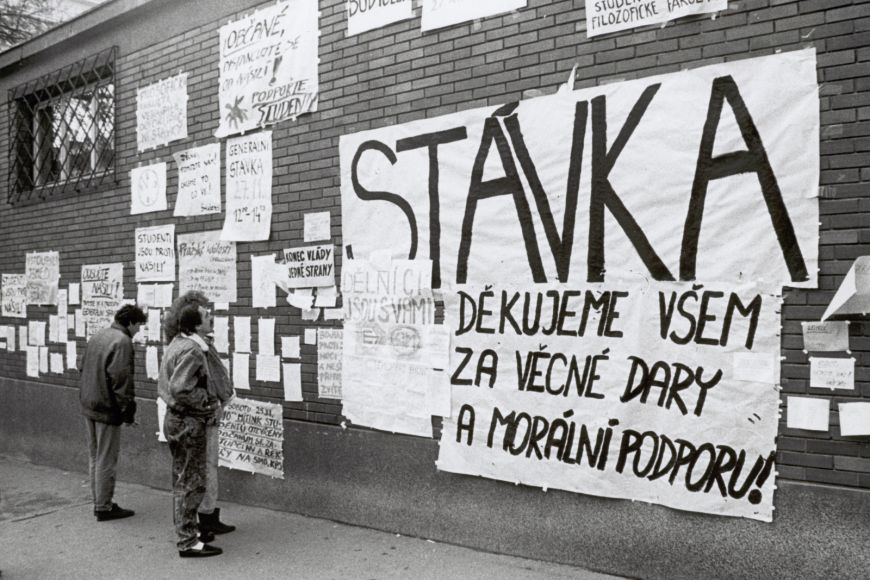 O aktuálních událostech informovala improvizovaná nástěnky na zdi filozofické fakulty.