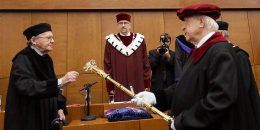 Žezlo se používá ipři promoci čestných doktorů jako vpřípadě Petera Demetze.