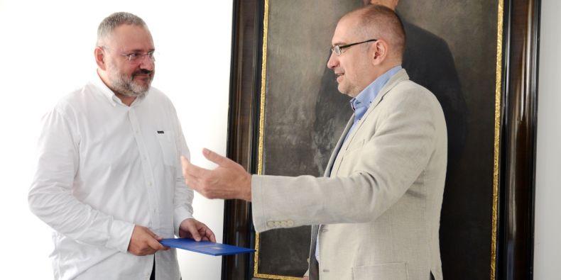 Jiří Zlatuška (vlevo) přebírá jmenovací dekret od rektora Mikuláše Beka.