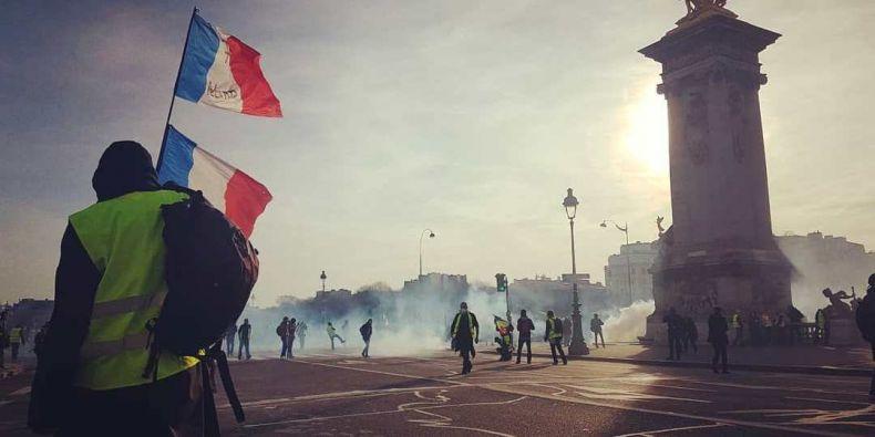 Záběr z demonstrací žlutých vest ve Francii.