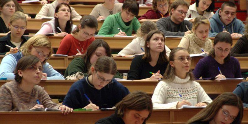V uplynulých dvou dekádách klesl počet osmnáctiletých na polovinu a nabízené kapacity na českých vysokých školách se víc než ztrojnásobily. Ilustrační foto: sxc.hu.