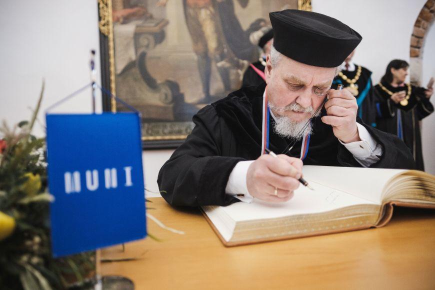 Andrej Zubov se zapisuje do pamětní knihy.