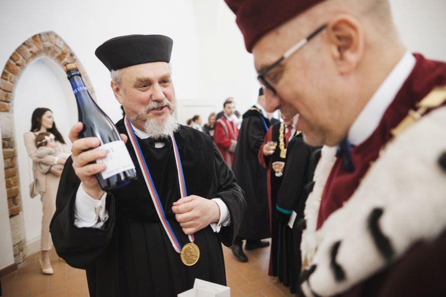 Přípitek univerzitním vínem ke 100.výročí založení školy.