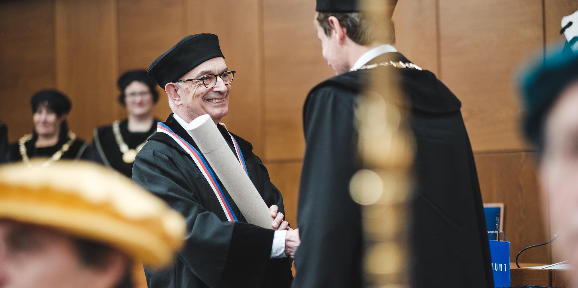 Foto: Čestný doktorát Masarykovy univerzity převzal Michael P. Seng