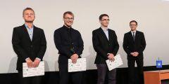 (zleva) Hugo Semrád, Petr Sucháček a Vlastimil Reichel převzali cenu od předsedy Studentské komory Akademického senátu MU Ondřeje Vymazala.