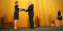 Jednou z posledních oceněných je Lenka Dobešová z Právnické fakulty MU. Cenu od rektora Mikuláše Beka převzala vloni v říjnu.