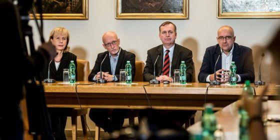 Rektoři na tiskové konferenci po úterním zasedání České konference rektorů. Zleva: Jan Hančil z AMU, Tomáš Zima z UK a Mikuláš Bek z MU.