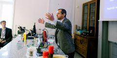 Kavárnu odstartovala paní učitelka z brněnské základní školy, kterou napadlo, že by bylo hezké scházet se a povídat si o fyzice a pokusech a také o tom, jak co nejlépe učit, přiblížil Zdeněk Bochníček z přírodovědecké fakulty.