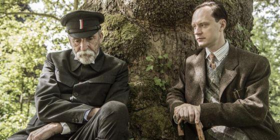 Martin Huba hraje Tomáše Garrigua Masaryka a Jan Budař se zhostil role Karla Čapka.