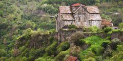 Opevněný klášter Akhtala z 10. století pochází mezi jeden z mnoha skvostů mezi církevními stavbami v Arménii.