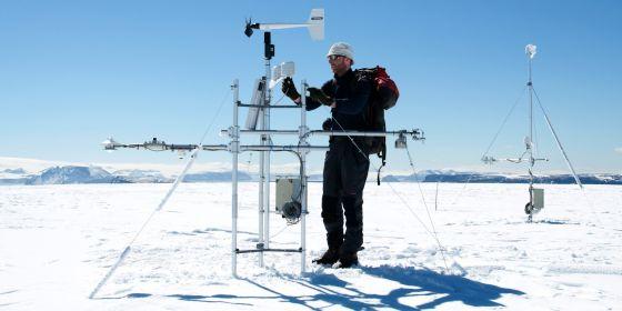 Meteorologickou stanici, která celoročně monitoruje povětrnostní podmínky a vlastnosti povrchu ledovce, vědci obsluhují jedenkrát ročně.