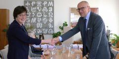Předsedkyně Akademie věd ČR Eva Zažímalová a rektor Masarykovy univerzity Mikuláš Bek po podpisu smlouvy.