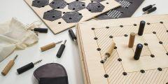 Hra VAT vypadá jako dřevěný kufřík, do nějž se všechny součástky dají uklidit. Pravidly se trochu podobá pexesu.